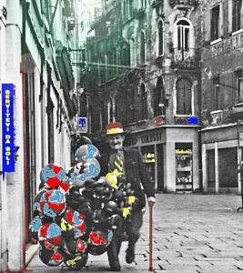 Venezia – 1961 – Venditore di palloncini in Campo San Filippo e Giacomo con una delle pasticcerie di Angelo Colussi. Il venditore si è messo spontaneamente a sorridere.