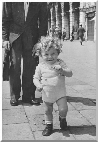 Venezia – Un bimbo nella Riva degli Schiavoni con le carceri del Palazzo Ducale, sullo sfondo, a destra – 1944 – Ernesto Giorgi ©