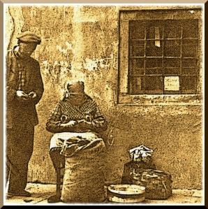 Voigtlander Vito Bl Ob.Color Scopar f/2.8 50mm. Venezia – Ottobre 1961 – Sant'Antonino (Bragora, Castello) – Preparazione delle castagne per la vendita -Ernesto Giorgi ©